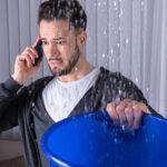 homem falando no telefone preocupado devido os primeiros sinais de entupimento