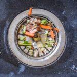 restos de comida dentro do triturador de alimentos para pias